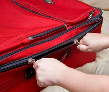 201202-w-prevent-luggage-theft-zip-ties