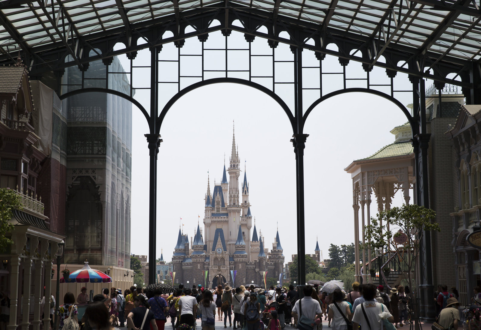 Tokyo Disneyland Looks Absolutely Magical Covered in Snow — See the ...