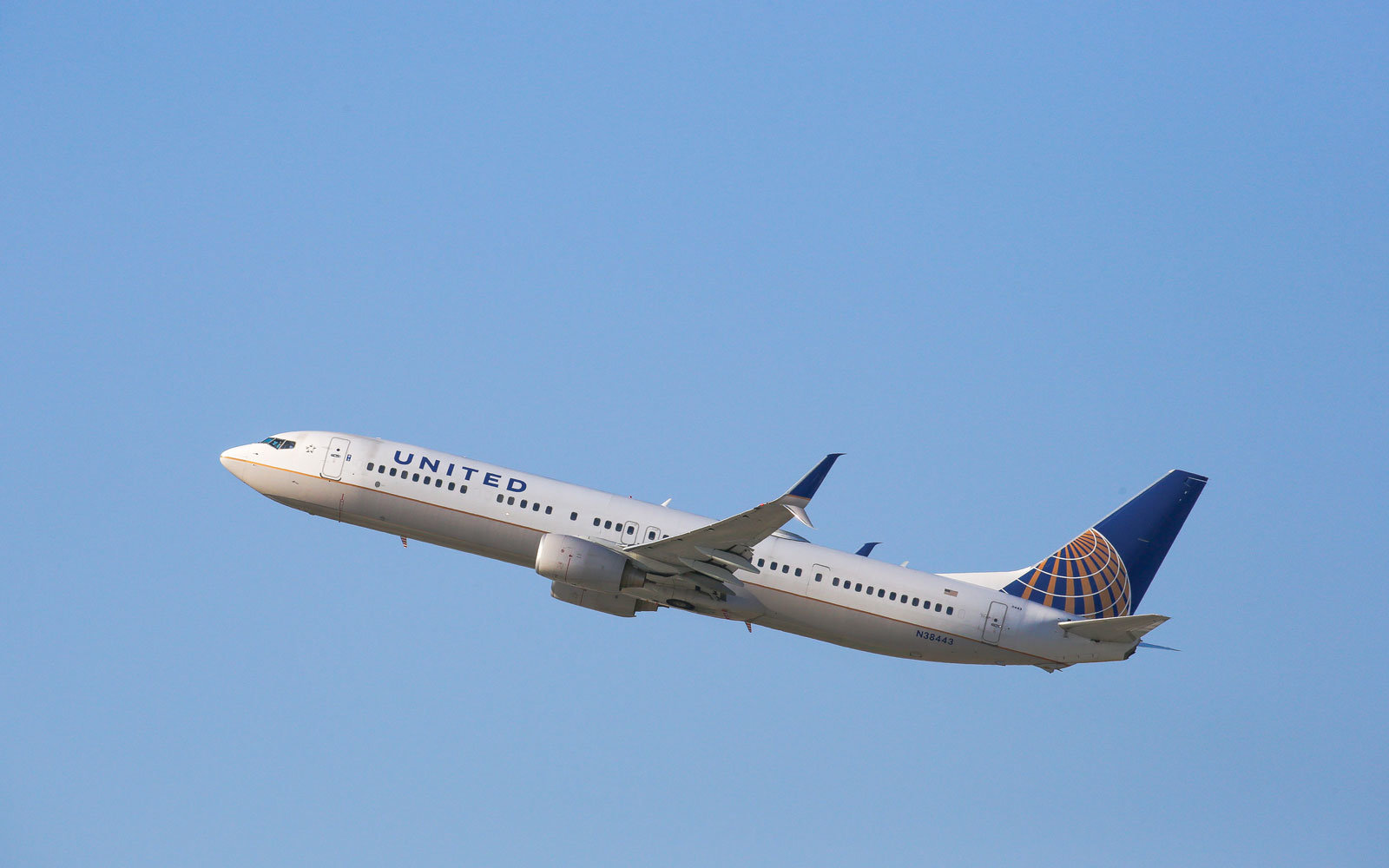 senator calls on united airlines to drop new carry on baggage