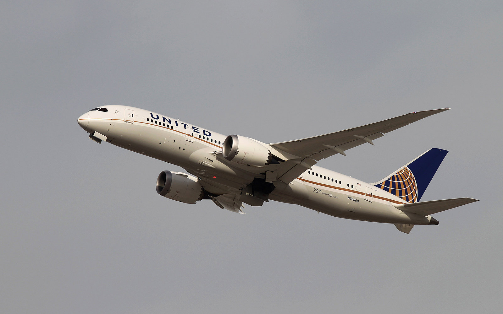 Man Kicked Off Plane After Passenger Complains About His Weight