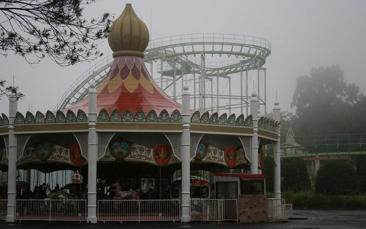 B87NKD Eerie carousel / merry-go-round at the closed down Nara Dreamland theme-park, Japan. Image shot 10/2008. Exact date unknown.