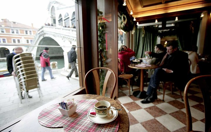ITALY - JANUARY 04: Venice Rialto - Bar at the Rialto Bridge. (Photo by Ulrich Baumgarten via Getty Images)