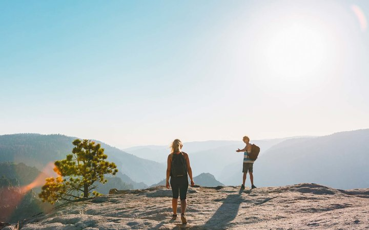USA, California, Yosemite National Park, Man and woman at Taft Point