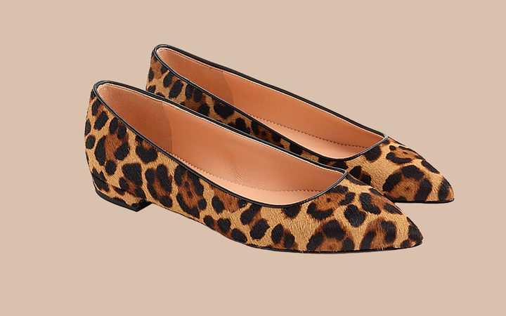Pointed-toe flats in leopard