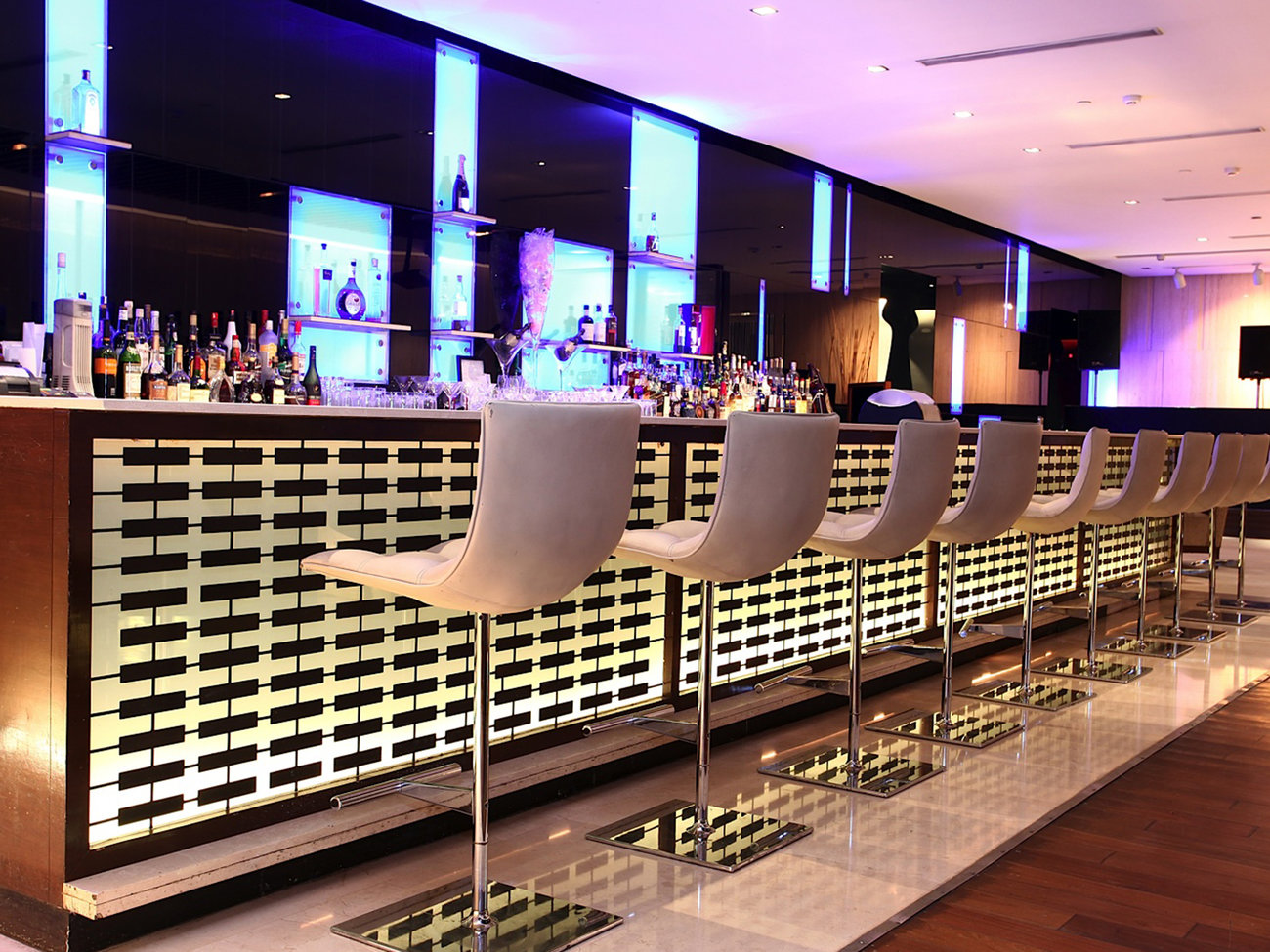 24/7 Bar at The Lalit Hotel in Delhi