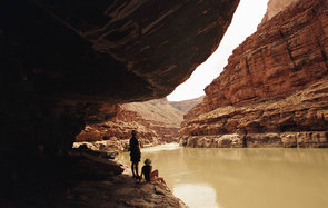 USA, Arizona, Grand Canyon, couple under outcropping, bottom of canyon