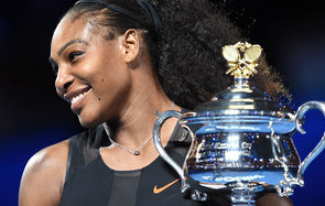 Serena Williams of the US holds up the trophy following her victory over Venus Williams of the US in the women's singles final on day 13 of the Australian Open tennis tournament in Melbourne on January 28, 2017. / AFP / PAUL CROCK / IMAGE RESTRICTED TO ED