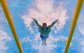 TOPSHOT - Underwater view shows USA's Michael Phelps taking part in the Men's 100m Butterfly Semifinal during the swimming event at the Rio 2016 Olympic Games at the Olympic Aquatics Stadium in Rio de Janeiro on August 11, 2016.   / AFP / François-Xavier