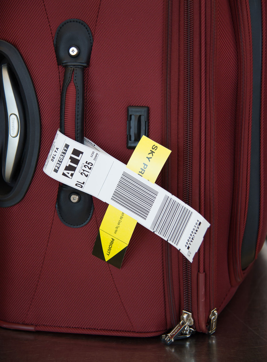 A Delta bag tag on luggage.