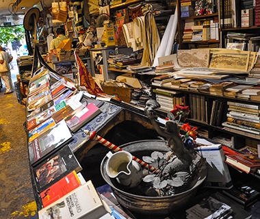 http://cdn-image.travelandleisure.com/sites/default/files/styles/tnl_redesign_article_landing_page/public/images/amexpub/0045/9469/201501-w-worlds-coolest-bookstores-libreria-acqua-alta-venice.jpg?itok=-2QLTXOp