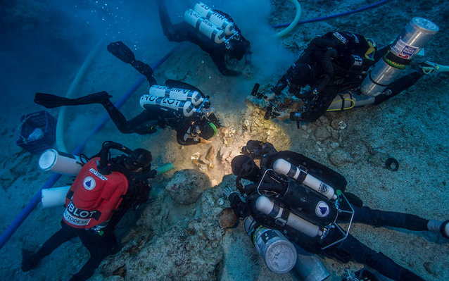 archeologists look at shipwreck
