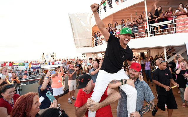 Donnie Wahlberg Breaks Guinness World Record for Most Selfies in 3 Minutes